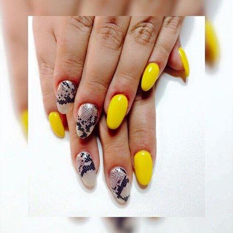 Manicure gialla e nail art al centro  estetico My Vanity a Tonara