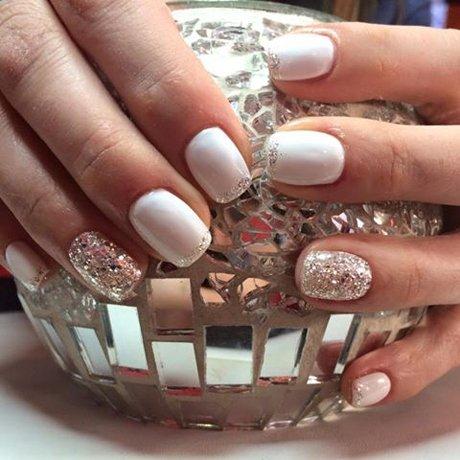 Manicure bianca con glitter