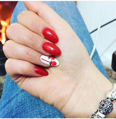 Manicure rossa e nail art al centro  estetico My Vanity a Tonara