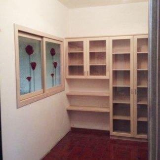 libreria in legno con finestra scorrevole in vetro