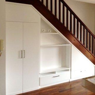 mobili sotto scala in una sala moderna