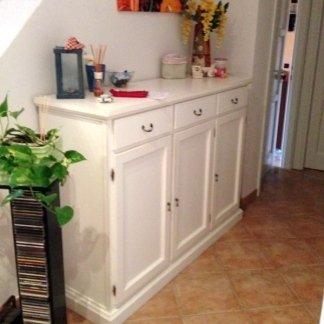 mensola bianca con oggetti da casa
