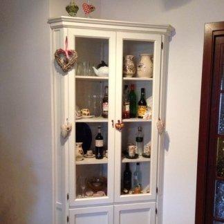 vetrina angolare con oggetti casa
