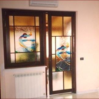 porta con finestra interna e cornici in legno