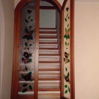 porta a due battenti in legno e vetri decorati