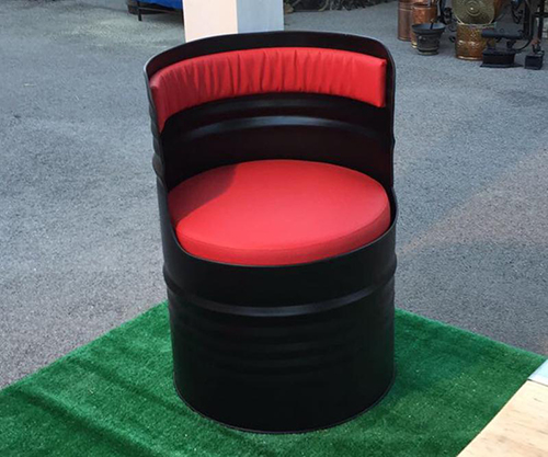 sedia nera rotonda con cuscino ed appoggiaschiena rossi