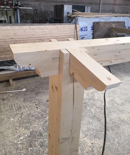 primo piano di un pezzo di legno in officina