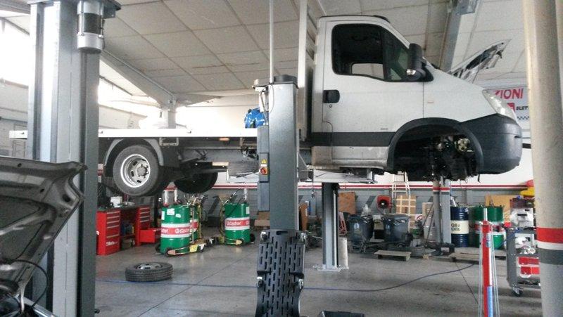 furgone sollevato in officina