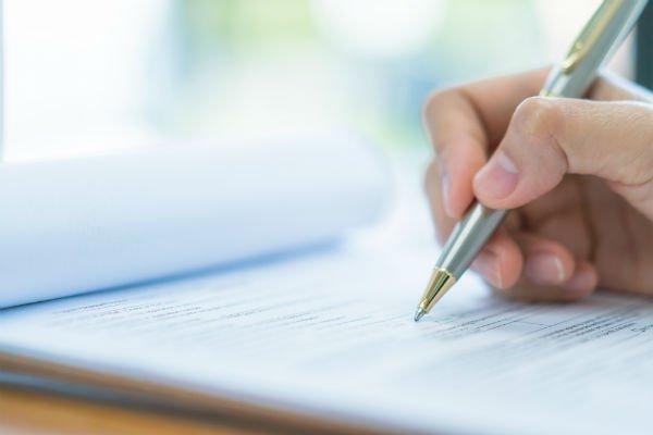 mano che scrive con una penna