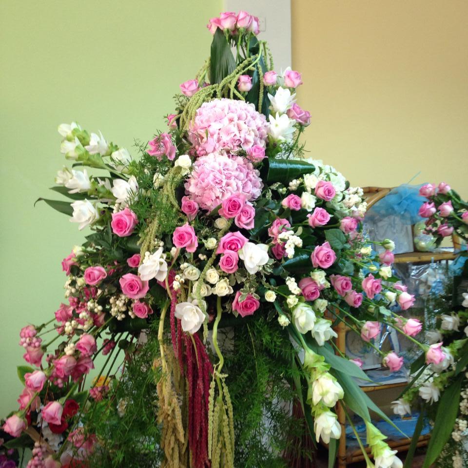 Ornamento floreale per funerale confezionato in rose rose e bianche,ortensie rose e mimosa bianche