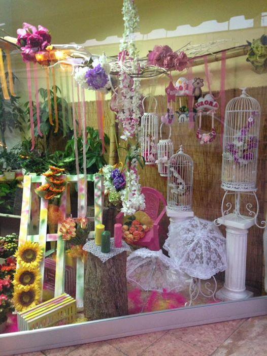 Gabbie bianche di diverse dimensioni, scale,fiori impiccando del tetto,girasoles giganti di vivi colori,ombrelli ricami in bianco...tutto un mondo di dettagli