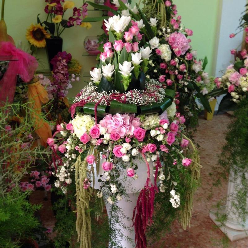 primo piano dell'ornamento floreale per funerale confezionato in rose e bianche,ortensie rose e mimosa bianche