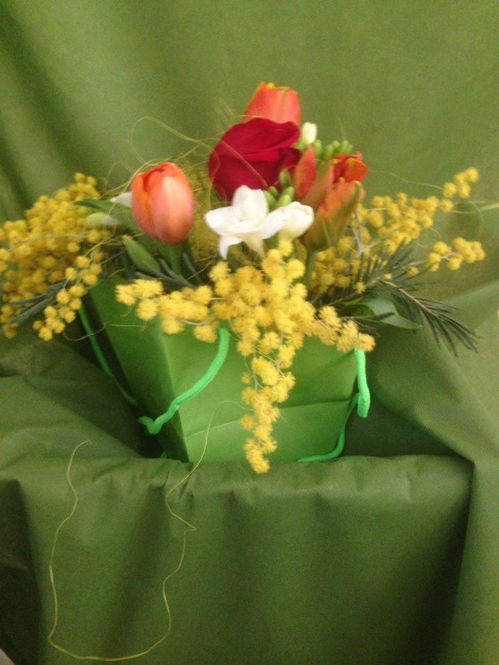 Tulipani arance,una rosa rosso granato e piccole fiori gialle e bianche compongono questo dettaglio floreale