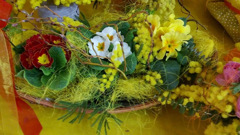 Paniere di fiori con pensieri di colore bianco,rosso e giallo con foglie verde
