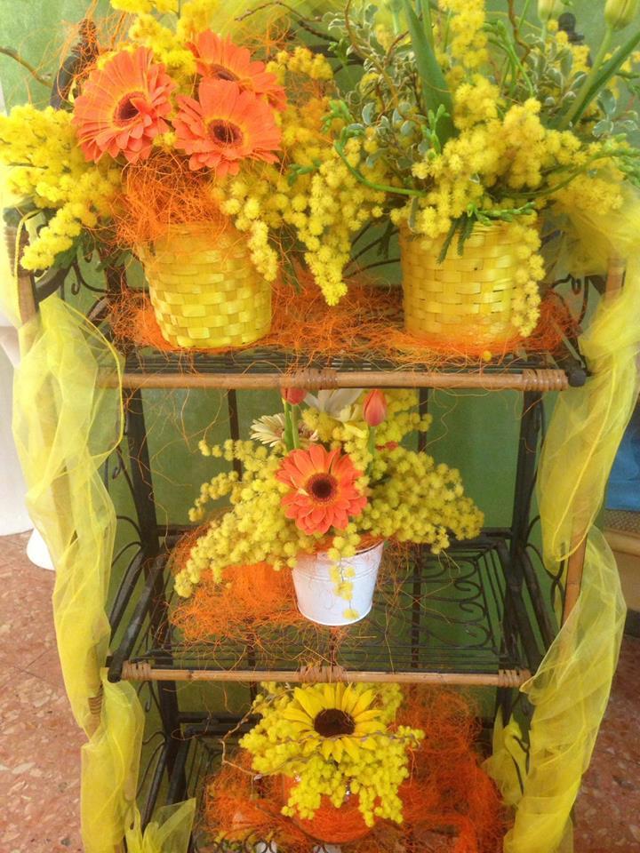 Vari omaggi floreali di colori arancione e giallo