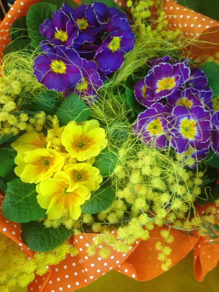Pensieri lilas e gialli compongono tale paniere che si adorna con un grande laccio arancione con punti bianchi