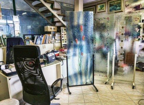 due vetri decorati all'interno della vetreria