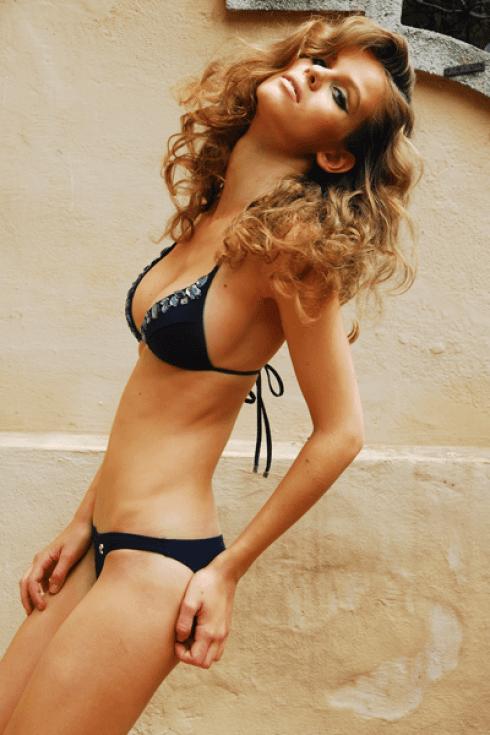 Bikini nero con reggiseno a triangolo.