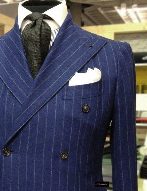 Primo piano di abito blu gessato