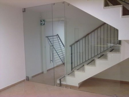 porta di vetro di fianco a una scala