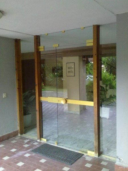 porta doppia di vetro con un sticker giallo