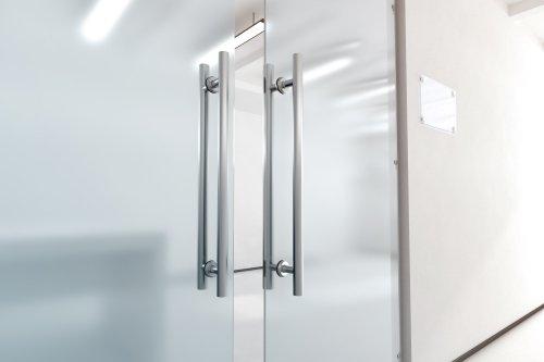 porta di vetro trasparenti con maniglia di metalo