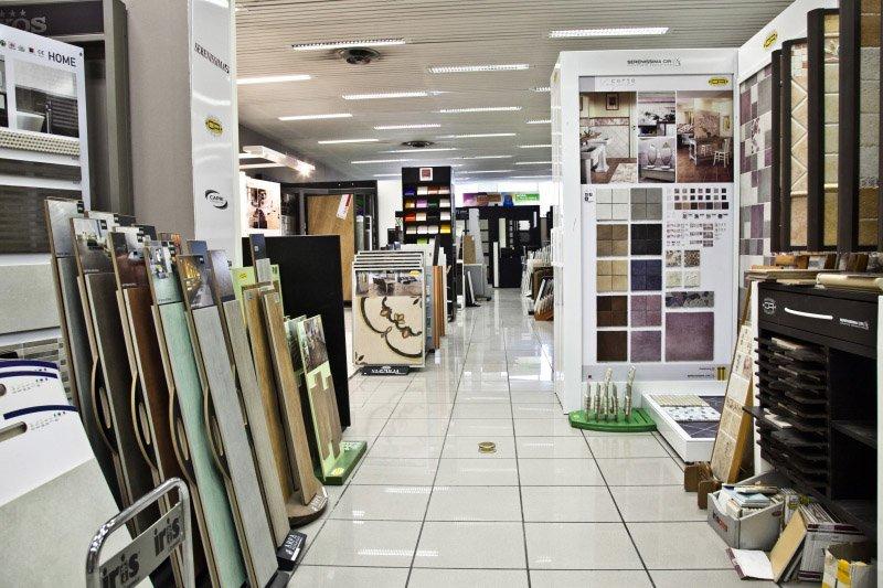 showroom  con piastrelle per pavimenti