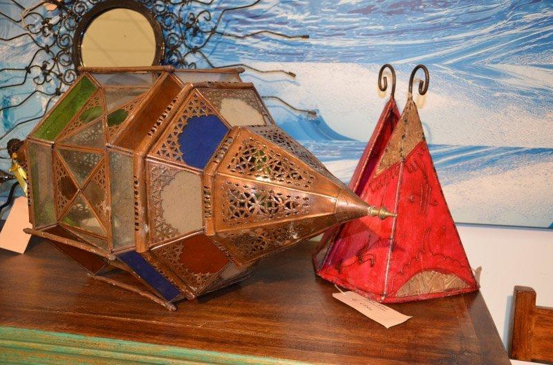 lanterne e lampade appoggiate su un mobiletto