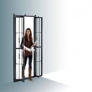 donna legge sulla soglia di una grata di sicurezza