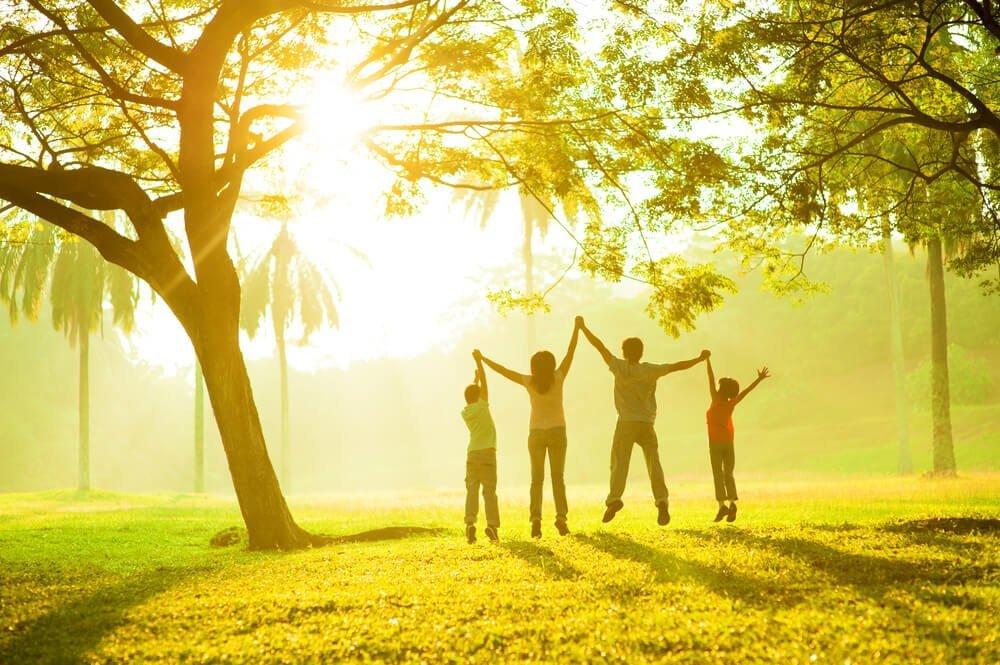 famiglia felice in mezzo alla natura