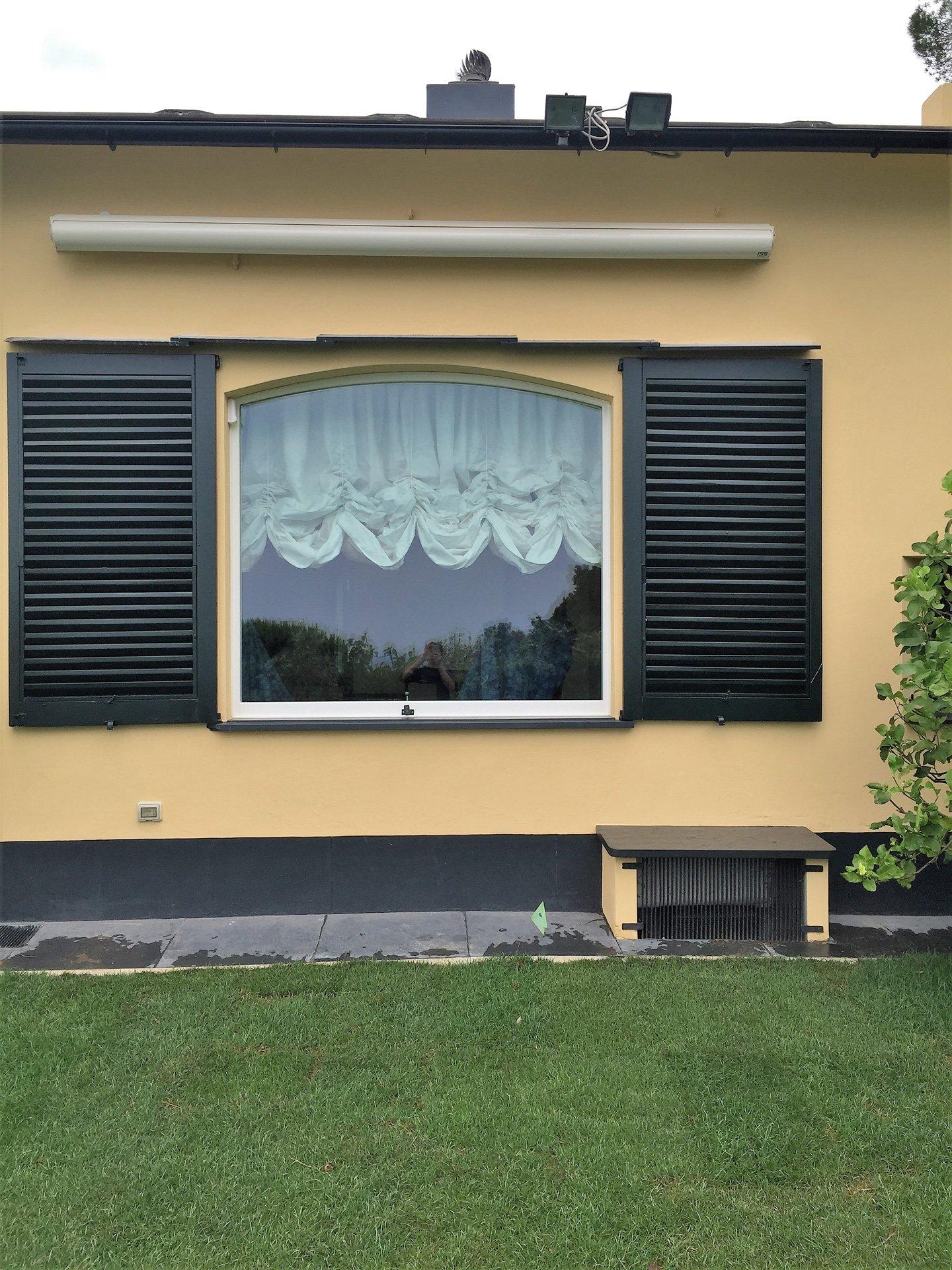 finestra con serrande in legno