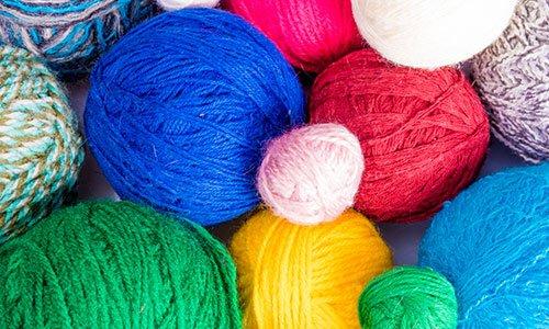 Filati per maglieria. palle filati di lana colorata