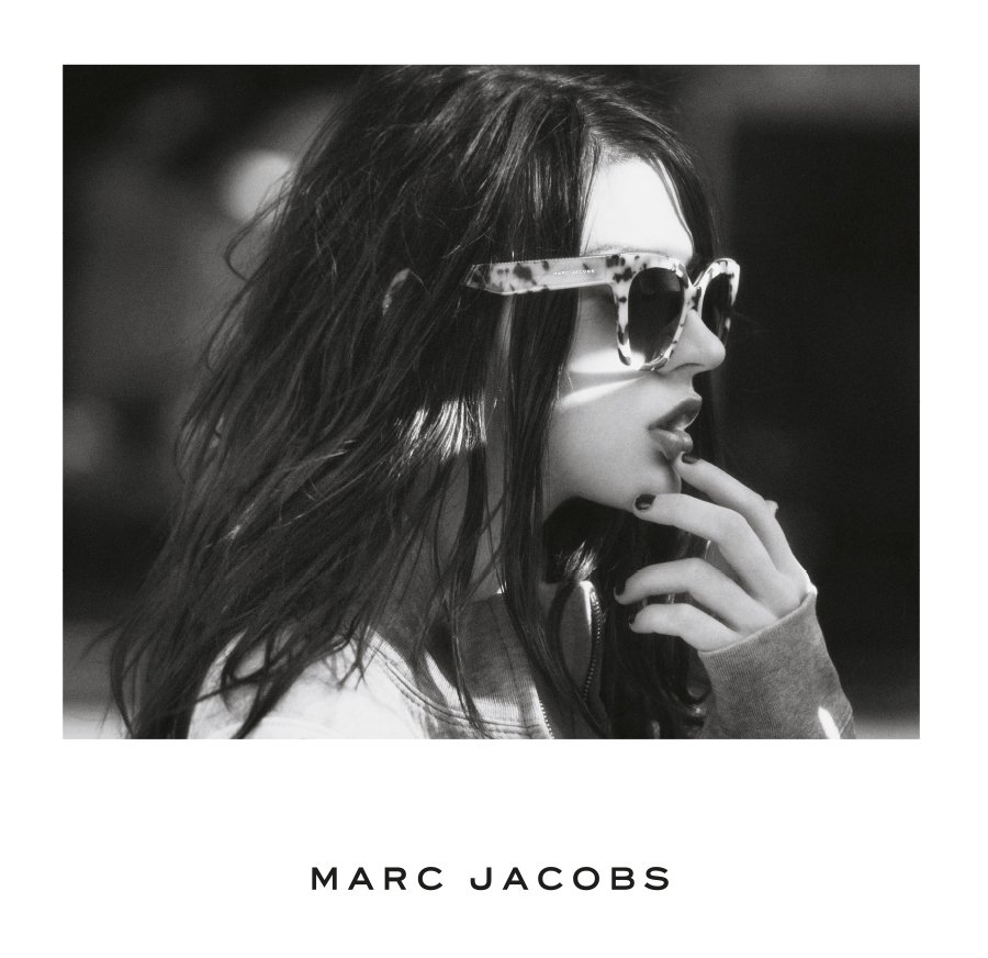 Profilo di una ragazza con occhiali da sole Marc Jacobs