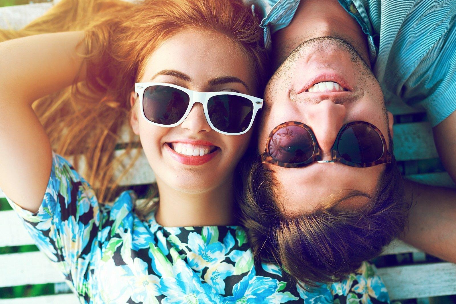 una coppia che indossa occhiali da sole