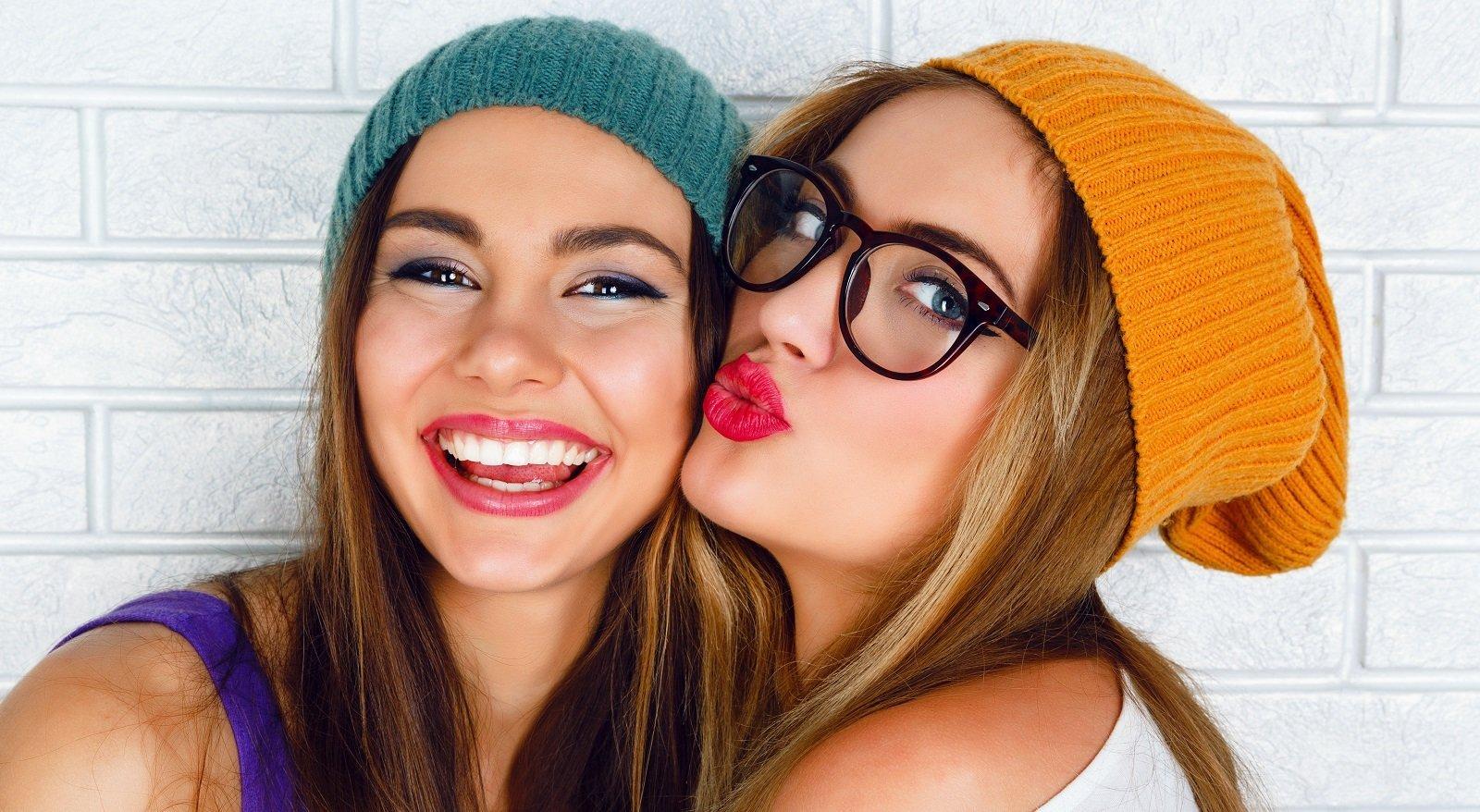due amiche con gli occhiali