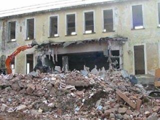 Demolizione ex casa di cura
