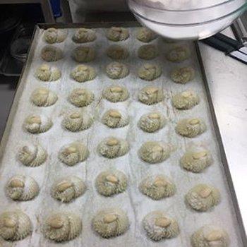 Preparazione pasta di mandorla alla pasticceria Bistrot Marino a Castel Volturno