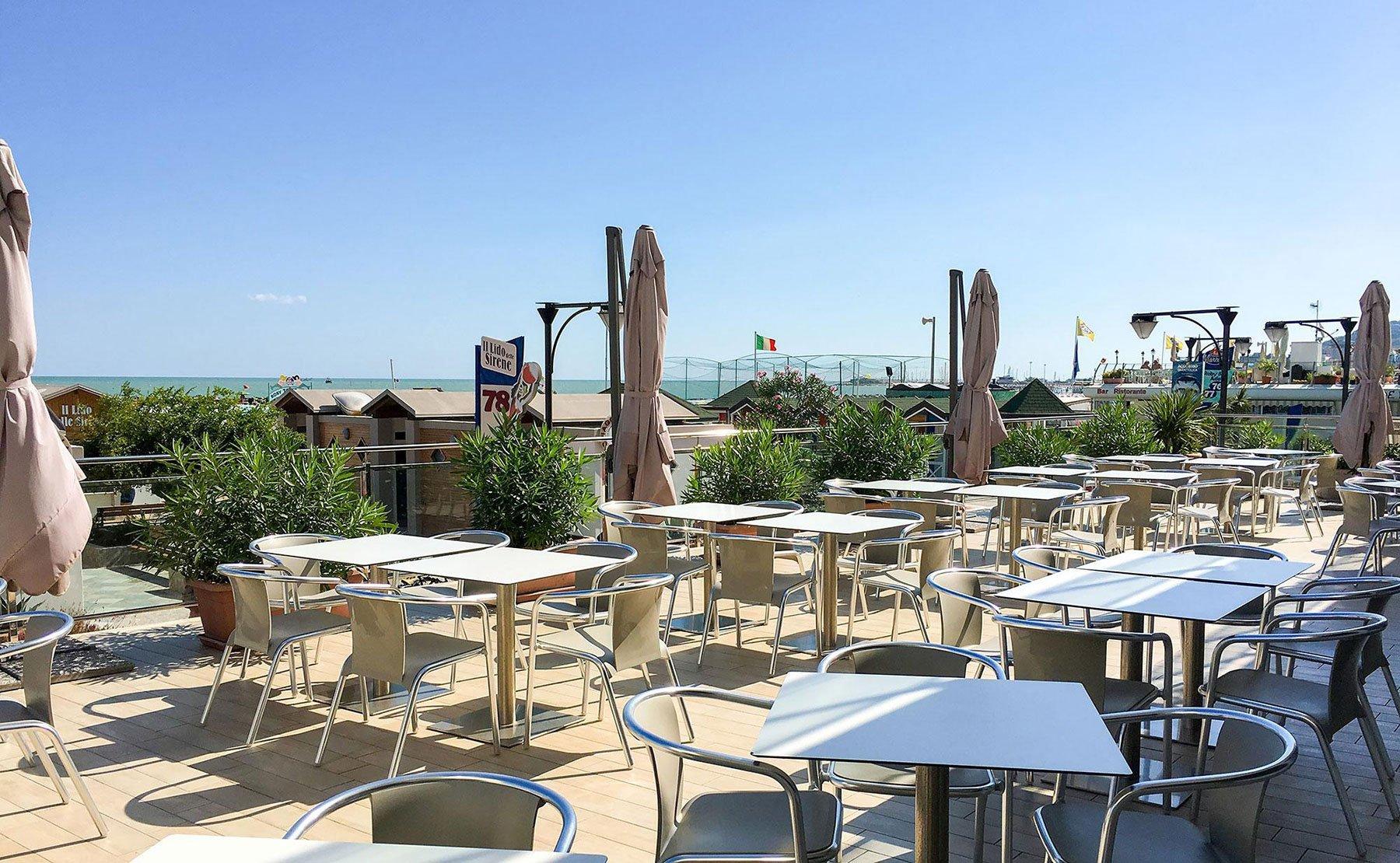 Ampia terrazza,mobili di metallo e legno, ombrelloni da sole