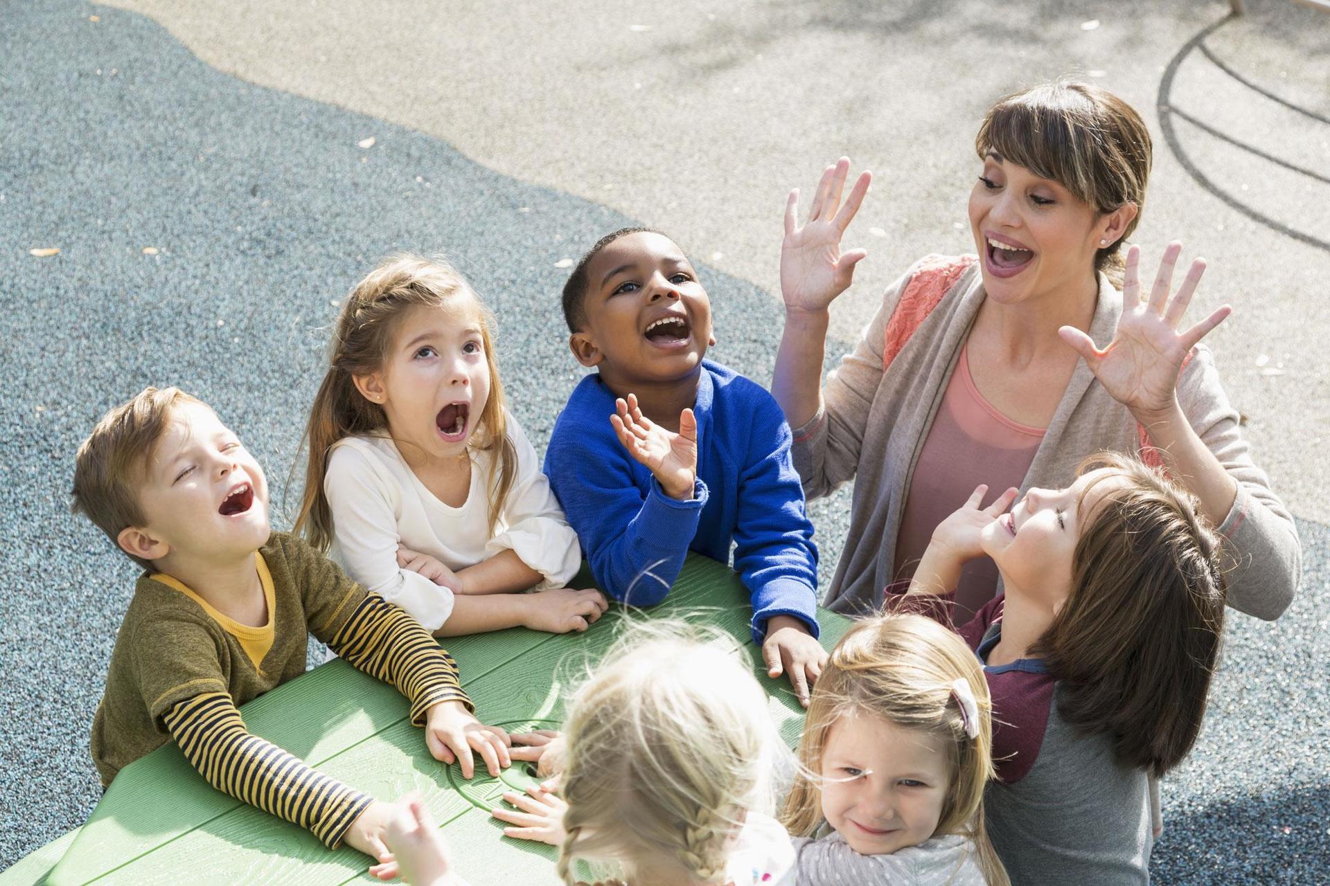 Baby-sitter giocando con i bambini