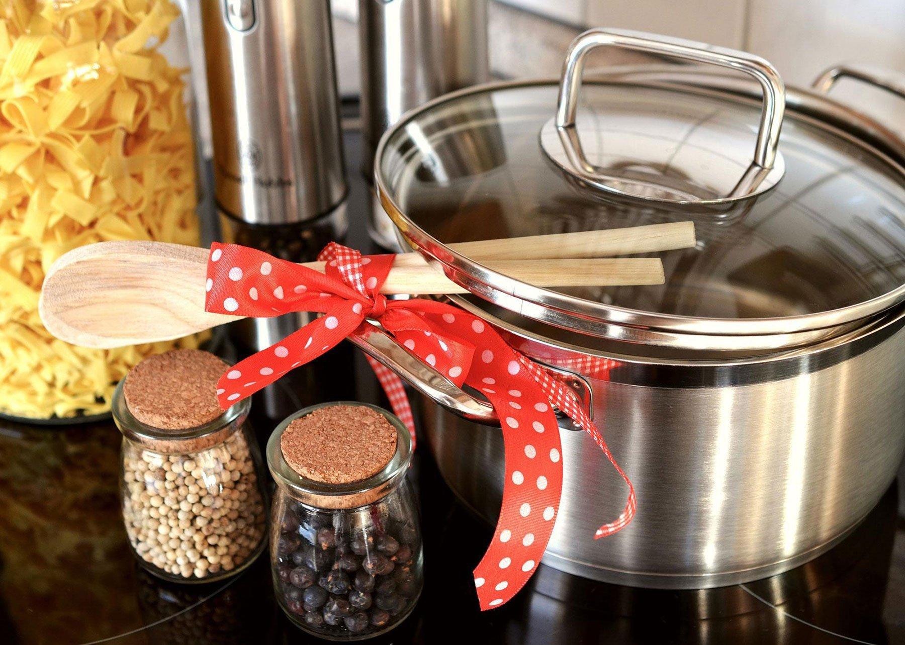 Pasta, ortaggi, utensili e pentola