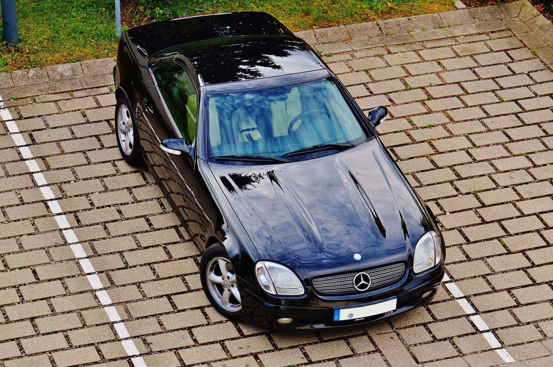 Mercedes nero parcheggiato nel parcheggio del'hotel