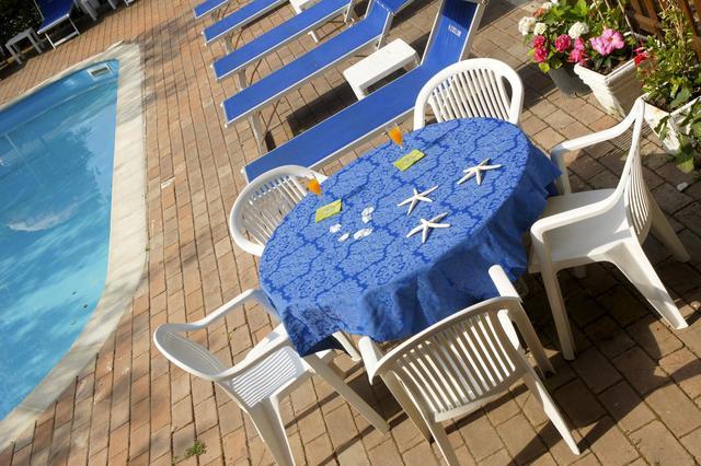Vista de una tavola accanto la piscina