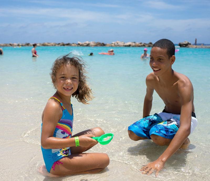 bambini che giocano in riva al mare
