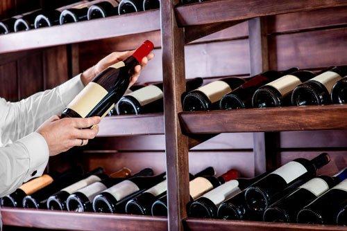 Esaminando una bottiglia di vino
