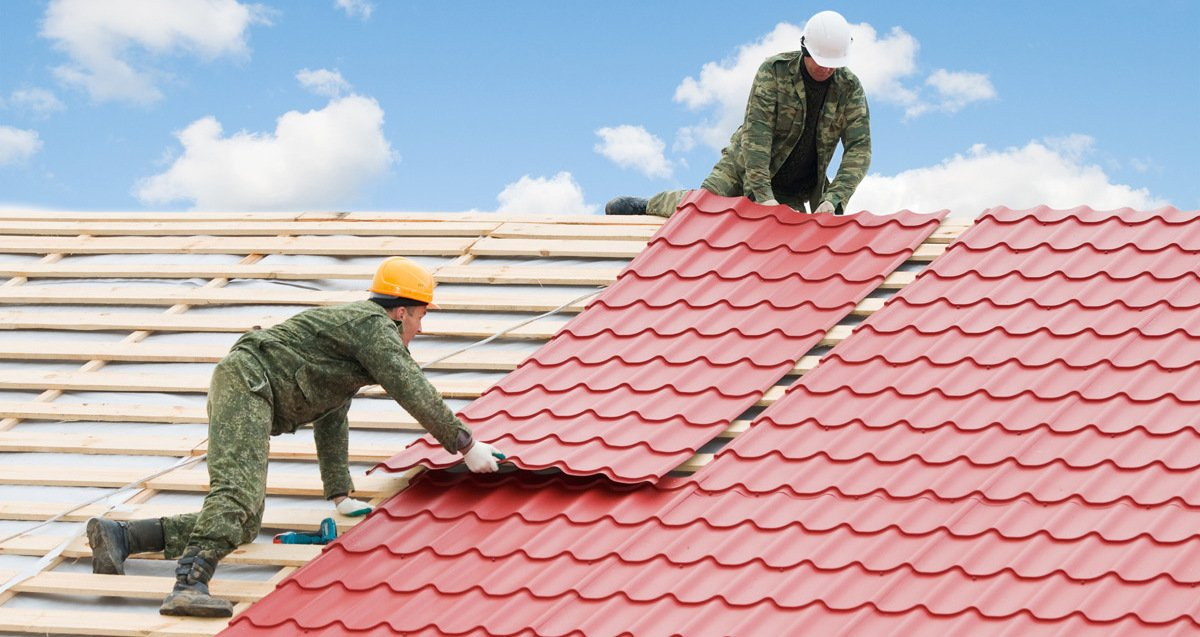 Metal roofing worker doing metal roffing services in Honolulu, HI