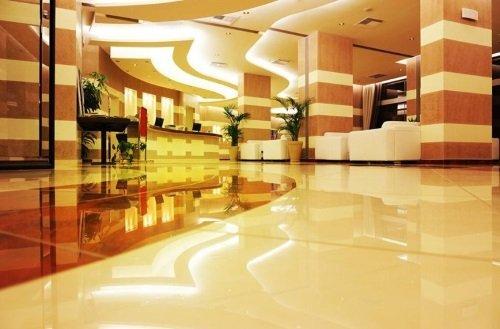 una hall di un albergo con pavimento.lucido
