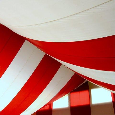 delle tende con le righe di color bianco e rosso