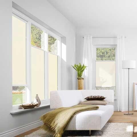 una stanza con le tende di color bianco