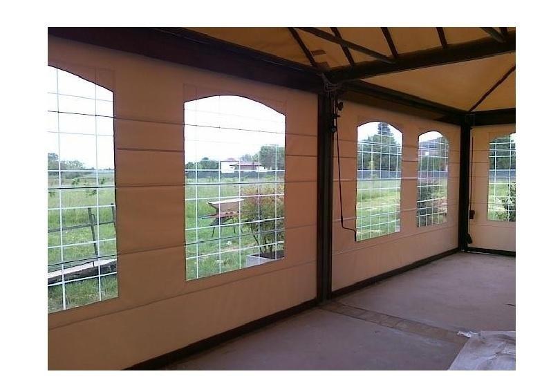 una struttura in metallo con ldele tende impermeabili e delle finestre