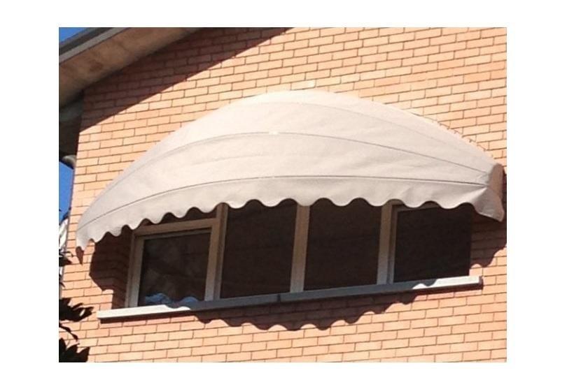 una finestra con la tenda a forma d'arco